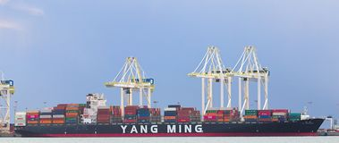DELTA, CANADÁ - 14 de março de 2019: grande navio de carga que obtém carregado com a carga no porto do delta foto de stock