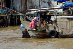 Delta del Mekong, madre con su hija Imagen de archivo libre de regalías
