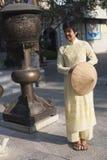 Delta del Vietnam, fiume Rosso, donna asiatica ad un tempio fotografie stock libere da diritti
