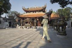 Delta del Vietnam, fiume Rosso, donna asiatica che indossa Ao DAI fotografie stock