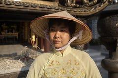 Delta del Vietnam, fiume Rosso, donna asiatica che indossa Ao DAI immagini stock libere da diritti