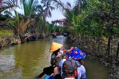 Delta du Mékong transportant par radeau au Vietnam images libres de droits
