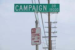 Delta i en kampanj drevgatatecknet med inget stoppa när som helst tecknet, kullar för CSU- Dominguez, Los Angeles, CA royaltyfri foto