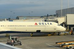 Delta MD-88 en el pie Aeropuerto de Lauderdale Foto de archivo