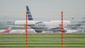 Delta mit einem Taxi fahrendes Boeing 767 stock footage