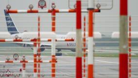Delta mit einem Taxi fahrendes Boeing 767 stock video footage