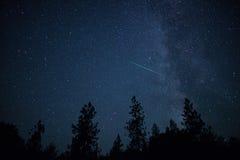 DeltaAquarid meteor med Vintergatan i denna imponerande föreställning nigh Royaltyfria Bilder