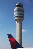 Deltaflugzeug nahe bei Flugsicherungs-Turm an Flughafen Atlantas Hartsfield-Jackson Lizenzfreies Stockfoto