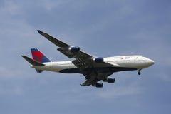 Deltaflygbolag Boeing 747 i New York himmel, innan att landa på JFK-flygplatsen Arkivfoto
