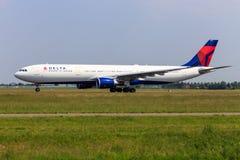Deltaflygbuss A330 Royaltyfri Foto