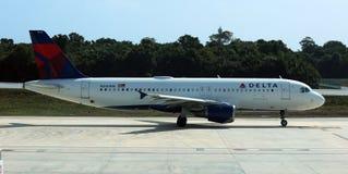 Deltaflygbuss 320 som av tar den Detroit flygplatsen DTW USA fotografering för bildbyråer
