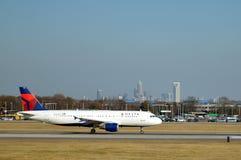 Deltaflygplan på landningsbanan Royaltyfri Fotografi