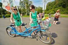 Deltagare av cirkuleringen ståtar damen på cykeln Royaltyfri Bild