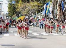 Deltagare av den årliga karnevalet av Adloyada klädde som spanar går med valsar i Nahariyya, Israel Arkivfoto