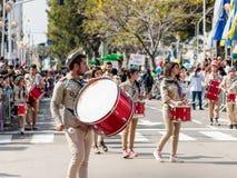 Deltagare av den årliga karnevalet av Adloyada klädde som spanar går med valsar i Nahariyya, Israel Royaltyfri Bild