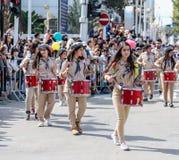 Deltagare av den årliga karnevalet av Adloyada klädde som spanar går med valsar i Nahariyya, Israel Royaltyfria Bilder