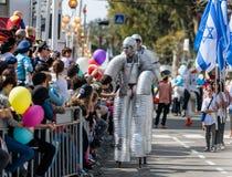 Deltagare av den årliga karnevalet av Adloyada som går på stiltParticipants av den årliga karnevalet av Adloyada som går på stylt Arkivbilder