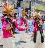 Deltagare av den Kadayawan festivalen utför Arkivfoton