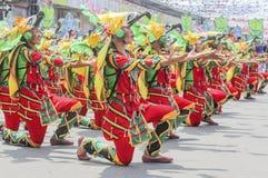 Deltagare av den Kadayawan festivalen utför Arkivfoto