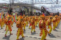 Deltagare av den Kadayawan festivalen utför Arkivbild