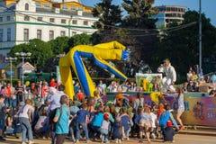 Deltagare av festivalen av färger Holi är klara att kasta målarfärgen, staden av Cheboksary, Chuvashrepubliken, Ryssland 06/01/2 Royaltyfria Bilder