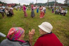 Deltagare av festivalen av folk odlar ryskt te Festivalen rymde årligen i den Grishino ecovillagen efter 2012 Fotografering för Bildbyråer
