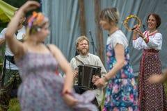 Deltagare av festivalen av folk odlar ryskt te Festivalen rymde årligen i den Grishino ecovillagen efter 2012 Arkivfoto
