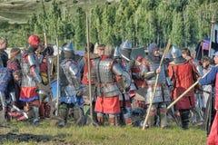 Deltagare av festivalen i den historiska medeltida kläderna Arkivfoton