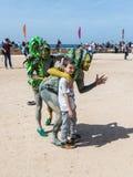 Deltagare av festivalen som är hängiven till Purim iklädda sagadräkter, fotograferas med en besökare i Caesarea, Israel Arkivbild