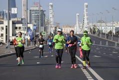 Deltagare av Krymsky för 5th Moskvamaratonkors den Crimean bron arkivfoton