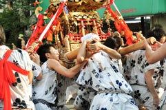 Deltagare av Tenjin Matsuri tillber den guld- relikskrin, Juli Arkivfoton