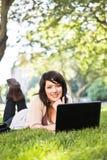 deltagare för blandad race för högskolabärbar dator arkivfoton