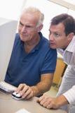 deltagare för expertis för lära för dator male mogen arkivfoto