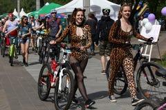 Deltagare i den årliga cyklistkarnevalet går till startplatsen royaltyfri bild