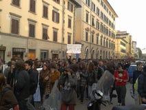 Deltagare i en manifestation i Florence, italy Royaltyfri Foto