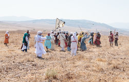 Deltagare i rekonstruktionen av horn av den Hattin striden i 1187 deltar i striden på fötter på slagfältet nära Tib Arkivfoto