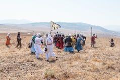 Deltagare i rekonstruktionen av horn av den Hattin striden i 1187 deltar i striden på fötter på slagfältet nära Tib Arkivbild