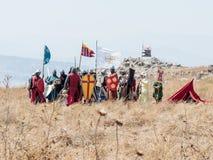 Deltagare i rekonstruktionen av horn av den Hattin striden i iklädd 1187 dräkterna av korsfarare står i förväntan av arkivbild