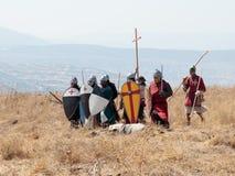 Deltagare i rekonstruktionen av horn av den Hattin striden i iklädd 1187 dräkterna av korsfarare står i förväntan av royaltyfri bild