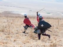 Deltagare i rekonstruktionen av horn av den Hattin striden i iklädd 1187 dräkterna av korsfararna kör in i Royaltyfri Foto