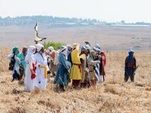 Deltagare i rekonstruktionen av horn av den Hattin striden i iklädd 1187 dräkterna av soldater för Saladin ` s står i pajas Royaltyfria Bilder