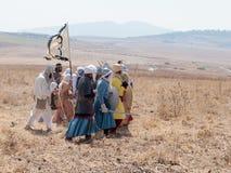 Deltagare i rekonstruktionen av horn av den Hattin striden i iklädd 1187 dräkterna av soldater Saladin går på attacken Royaltyfri Foto
