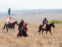 Deltagare i rekonstruktionen av horn av Hattin slåss i 1187 som är rörande runt om slagfältet nära Tiberias, Israel Arkivfoton
