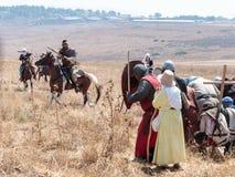 Deltagare i rekonstruktionen av horn av Hattin slåss i 1187 som är rörande runt om slagfältet nära Tiberias, Israel Royaltyfri Fotografi