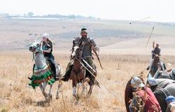 Deltagare i rekonstruktionen av horn av Hattin slåss i 1187 som är rörande runt om slagfältet nära Tiberias, Israel Royaltyfri Foto