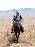 Deltagare i rekonstruktionen av horn av Hattin slåss i 1187 som är rörande runt om slagfältet nära Tiberias, Israel Royaltyfria Bilder