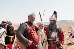 Deltagare i rekonstruktionen av horn av Hattin slåss i 1187 som poserar för fotografer efter striden nära Tiberias, Isra Arkivfoton