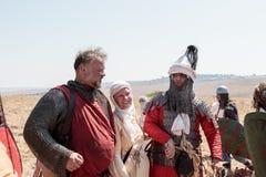 Deltagare i rekonstruktionen av horn av Hattin slåss i 1187 som poserar för fotografer efter striden nära Tiberias, Isra Royaltyfria Bilder