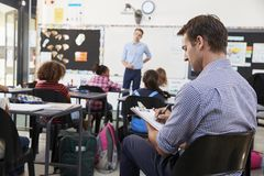 Deltagare i utbildninglärare som lär hur undervisa elementära studenter royaltyfria foton