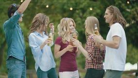 deltagare Lyckliga vänner som utomhus dansar och dricker arkivfilmer